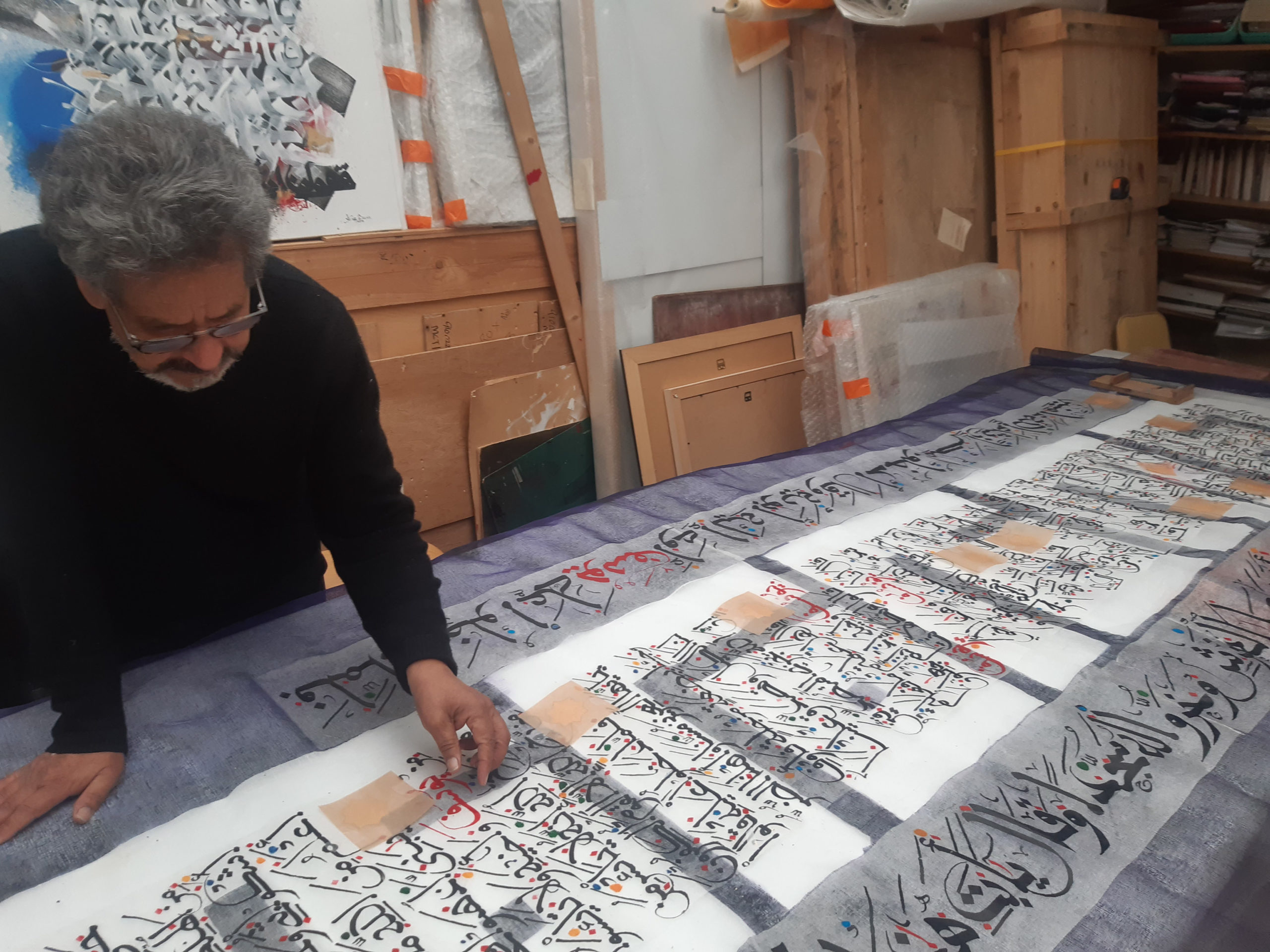 """Abdallah Akar travaillant sur l'oeuvre """"Yusuf, l'autre Joseph"""""""
