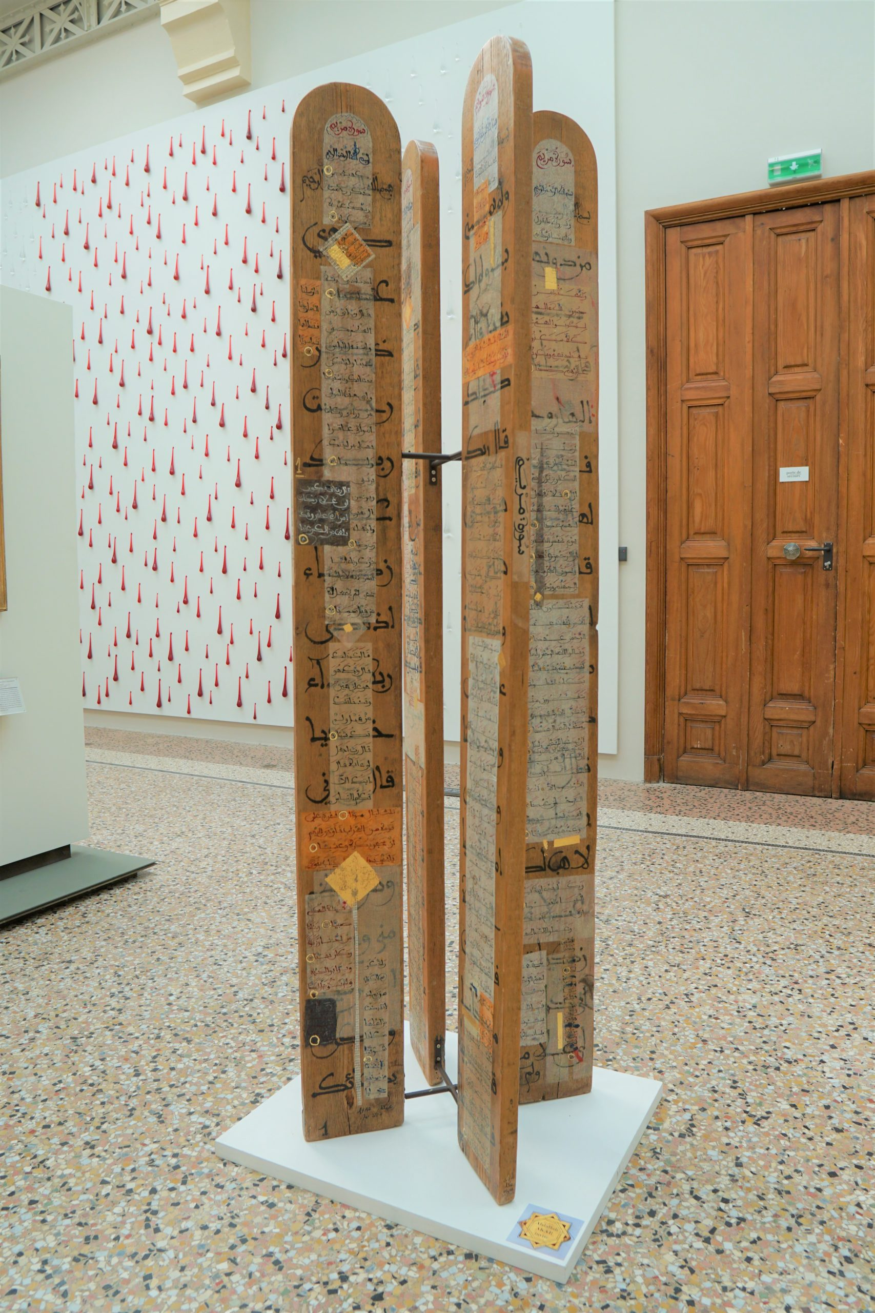Sourate de Marie, installation cruciforme où circule la sourate 19, Encres, papiers et feuilles d'or sur bois, 200 x 20 x 14 cm