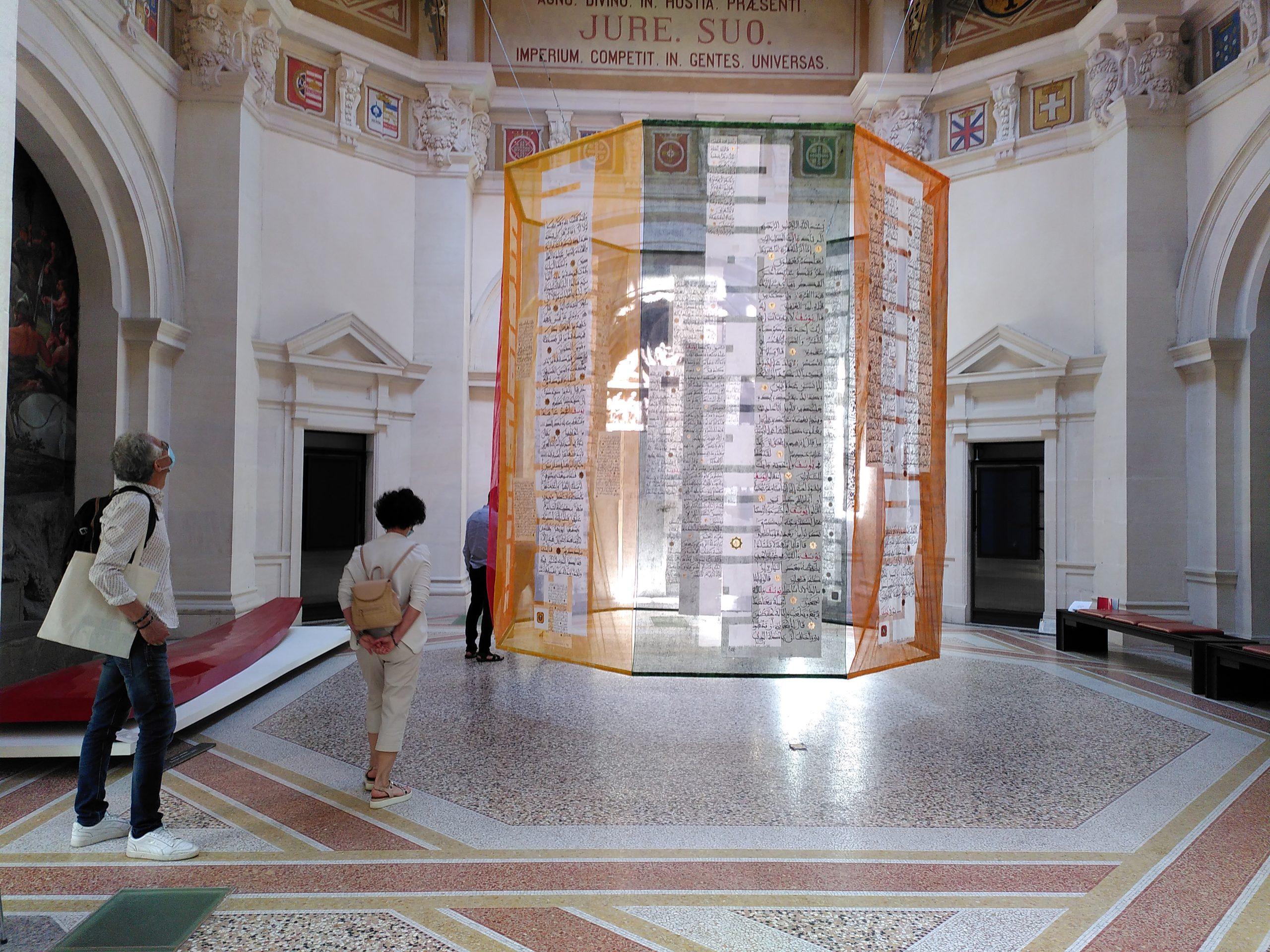 Yusuf, l'autre JosephYusuf, l'autre Joseph, Calligraphie de la sourate 12 sur huit textiles en suspension, formant un octogone créé en 2021 pour le musée du Hiéron, Encres, papiers et feuilles d'or sur tarlatane, 370 x 140 cm