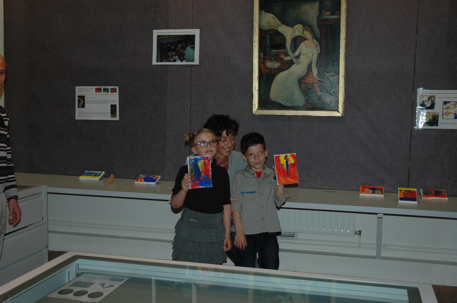 Mme Le Huby, avec ses élèves, Ilona et Gustavo